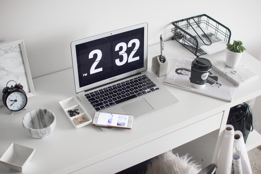 how-to-style-minimal-desk-workspace-4
